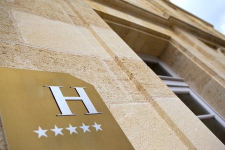 Gevel van een vijf sterren hotel in de buurt van Bordeaux, Frankrijk