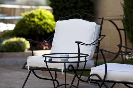 Stijlvolle tuinmeubelen in een charmante Franse tuin Stockfoto