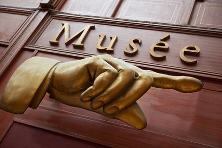 Museum teken op een houten muur in Parijs