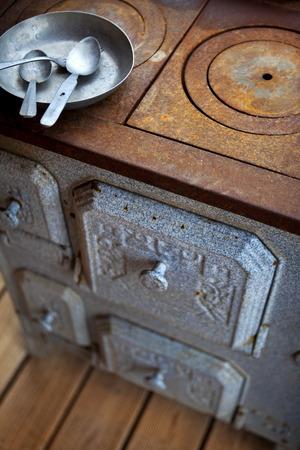 tr�delmarkt: Rusty old stove in a flea market Lizenzfreie Bilder