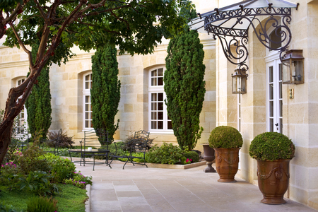 Tuin en terras van een luxe Franse villa in de buurt van Bordeaux Stockfoto