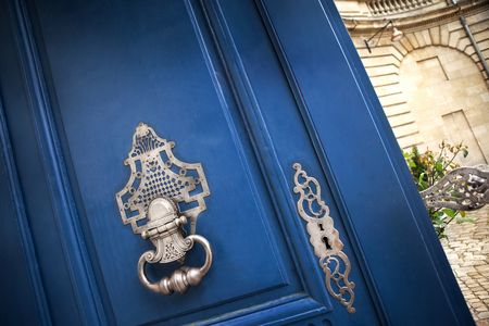 open door: Stylish door knocker of an old French mansion in Bordeaux Stock Photo