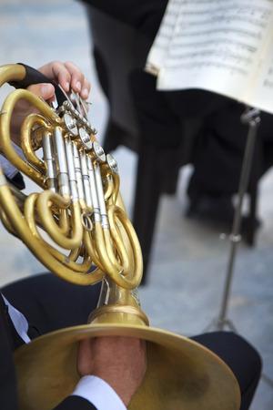 Musicien jouant du tuba dans une bande classique