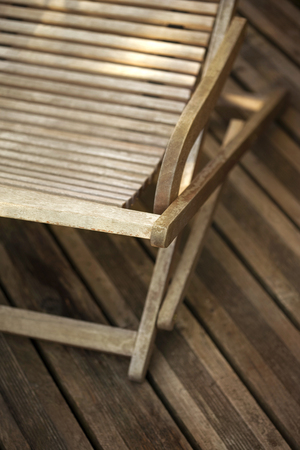 reposera: Wooden deck chair on a wooden terrace Foto de archivo