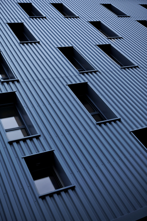 deign: Windows and sheet metal on the facade of a modern building