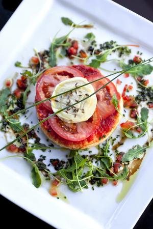 comida gourmet: Pastel de hojaldre con queso tomate y cabra