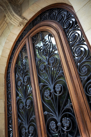 Close-up van een stijlvolle smeedijzeren deur Stockfoto
