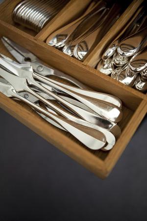 cubiertos de plata: Varias piezas de platería en un cajón Foto de archivo