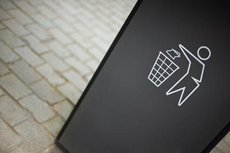 aseo: Primer plano de una señal para la limpieza en un cubo de basura de la ciudad puede