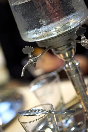 ajenjo: Toque y cuchara para beber absenta en un bar