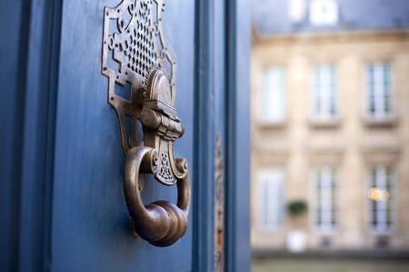 Deur en tikker van een stijlvol Frans herenhuis