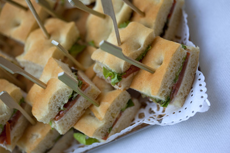 Sluit omhoog van kleine sandwiches op een buffet