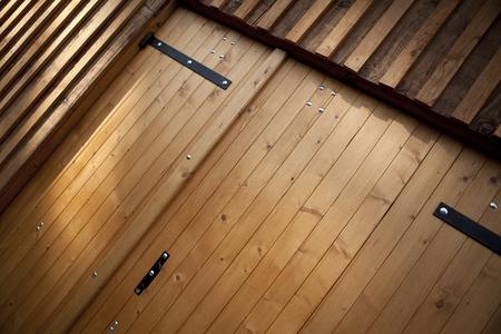 家のガレージの素朴な木製ドア 写真素材
