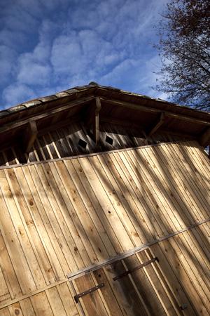 フランス人の農場の素朴な木製ガレージ