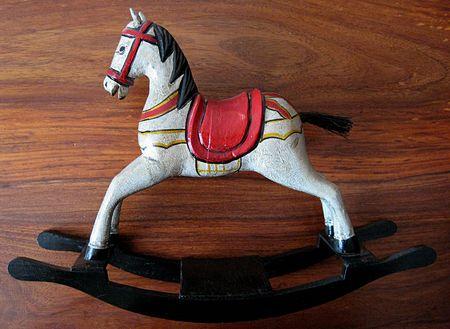 sallanan: salıncaklı oyuncak at