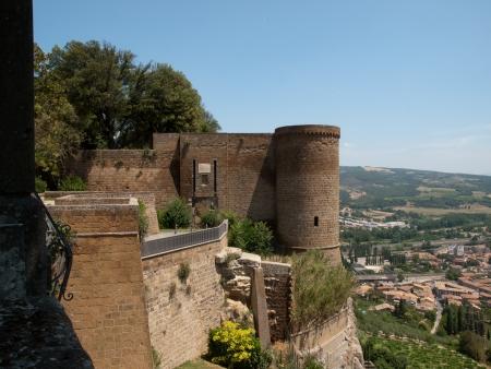 orvieto: Paredes de la ciudad de Orvieto en Italia
