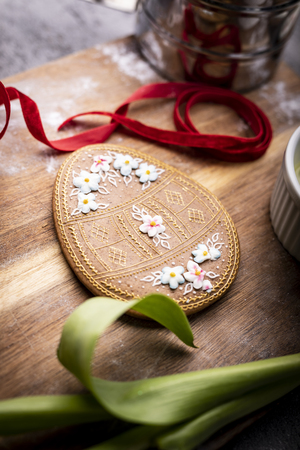 Easter cookies and spring decorations on a wooden background Archivio Fotografico