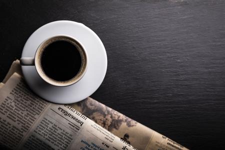 Eine Tasse aromatischer schwarzer Kaffee auf einem schwarzen Tisch. Top-Ansicht