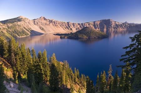 Sunrise au volcan de lac de cratère en Oregon
