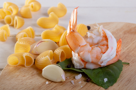 Cooking pasta with shrimp Banque d'images
