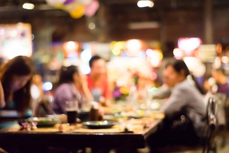 pareja comiendo: La gente disfruta de la cena Fondo del partido con desenfoque bokeh