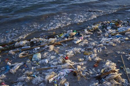 Contaminación de basura en la playa