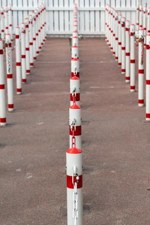 file d attente: Polonais illustrant la ligne d'attente. poteaux blancs et rouges Banque d'images