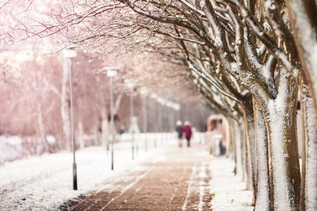 Paar zu Fuß im Schnee, die Liebe Konzept. kann für Beziehung, winter, freude, liebe, romantisch, und paar Themen verwendet werden Standard-Bild - 44499407