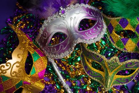 Groupement festif de masque de mardi gras, vénitien ou carnivale sur fond violet Banque d'images - 56550220