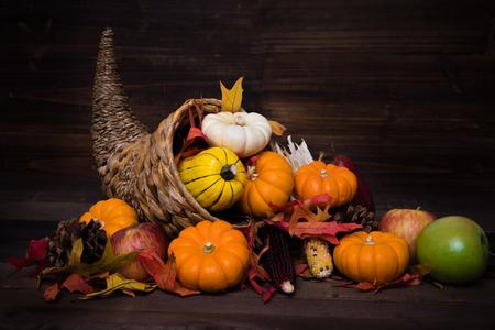 Una cornucopia decorativa navideña de Acción de Gracias con calabazas, calabazas, hojas, etc. Foto de archivo