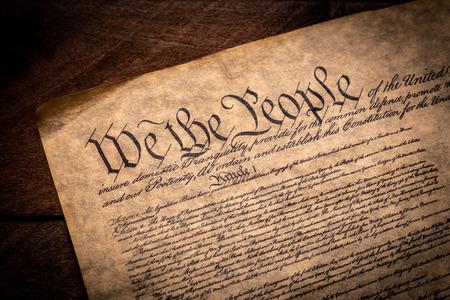 Eine Kopie der Verfassung der Vereinigten Staaten von Amerika auf einem hölzernen Hintergrund