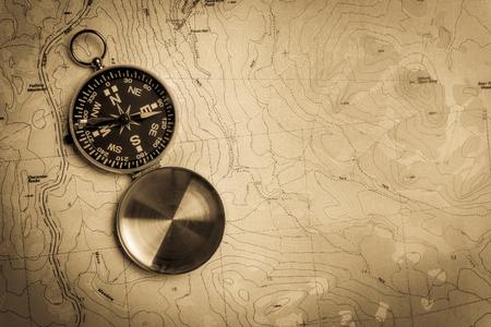 Handmatig kompas op een topografische kaart met vintage look Stockfoto