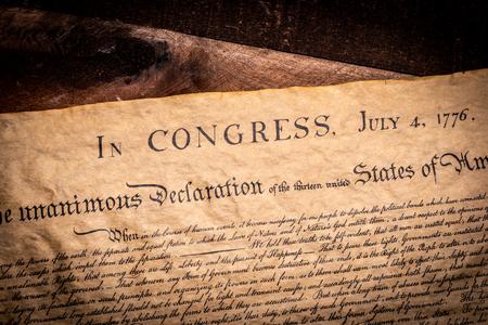 Una copia della dichiarazione di indipendenza degli Stati Uniti su un tavolo di legno