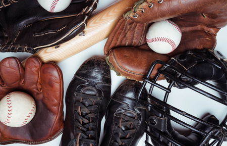 A group of vintage baseball equipment on a wooden background. Jersey is from a high school jersey in Arkansas and logo is not copyrighted. 免版税图像