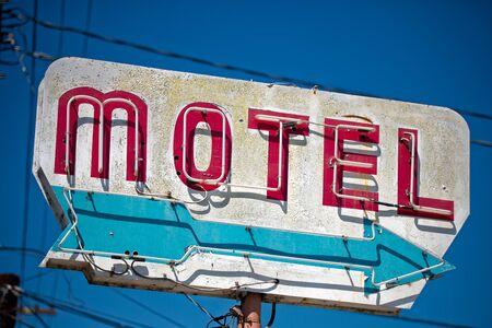 Un motel délabré, classique, vintage sign dans le désert de l'Arizona