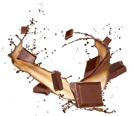 chocolate melt: Tavolette di cioccolata in schizzi al cioccolato, isolato su sfondo bianco