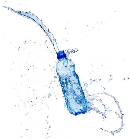 strumień: SÅ'odka woda plusk z butelki, na biaÅ'ym tle