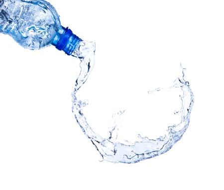 puros: El agua dulce que salpica hacia fuera de la botella, aislado en fondo blanco Foto de archivo