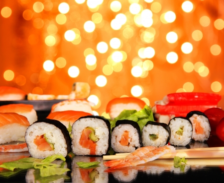 comida japonesa: Delicioso sushi con el fondo borroso brillante Foto de archivo
