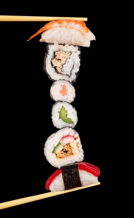 comida japonesa: Maxi sushi, isolated on black background