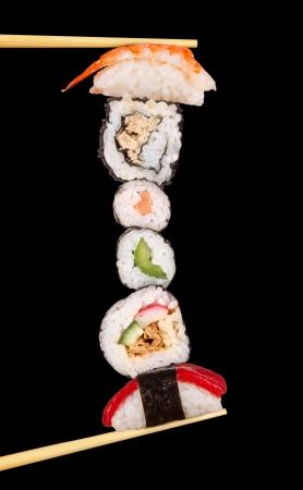 comida japonesa: Sushi Maxi, aisladas sobre fondo negro Foto de archivo