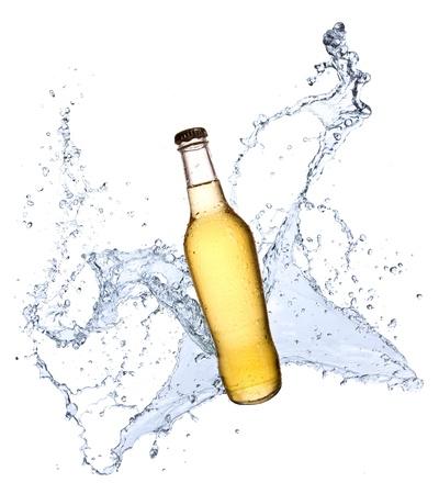 botellas de cerveza: Botella de cerveza con salpicaduras de agua, aisladas sobre fondo blanco