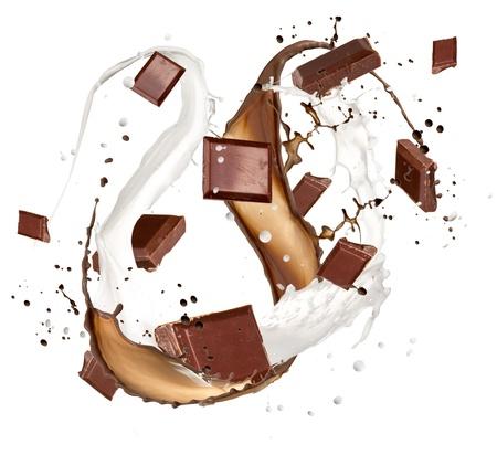 Schokoriegel mit Milch spritzen, isoliert auf weißem Hintergrund