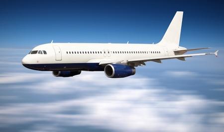 큰 제트 비행기 구름 위의 비행
