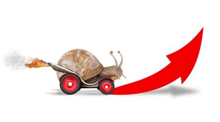 babosa: Caracol de Speedy, como piloto de coches. Concepto de velocidad y el éxito. Las ruedas son borrosas a causa de movimiento. Aislado sobre fondo blanco