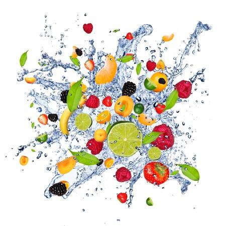 fr�chte in wasser: Fruit-Mix in Spritzwasser, isoliert auf wei�em Hintergrund Lizenzfreie Bilder