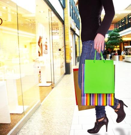 compras compulsivas: La mujer en el centro comercial haciendo compras de la ventana