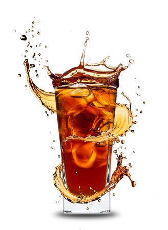 Ice Cola-Getränk mit Spritzschutz, isoliert auf weißem Hintergrund