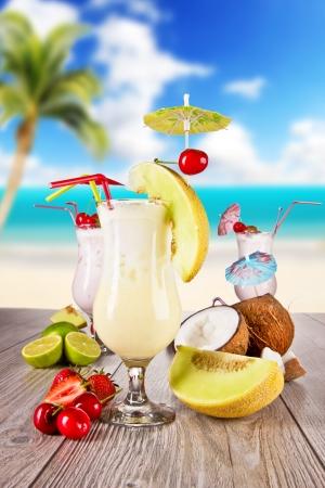 夏日饮料与模糊的海滩背景