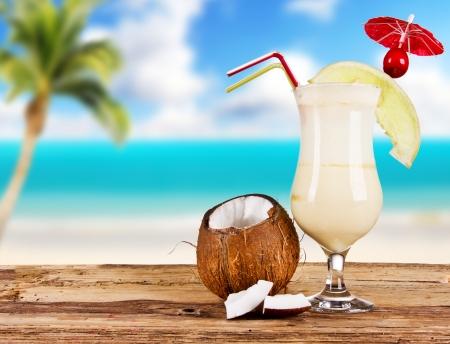 coctel de frutas: Verano bebida con el desenfoque de la playa en el fondo Foto de archivo